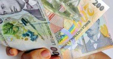 Leul câștigă la euro și franc elvețian, dar cedează în lupta dolarul