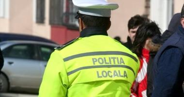 Polițist local bătut pentru că a atenționat o șoferiță că a parcat pe două locuri