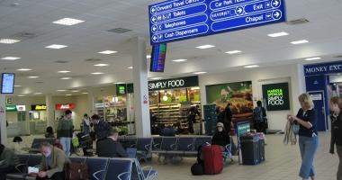 Zeci de români, blocați pe aeroportul Luton din Londra