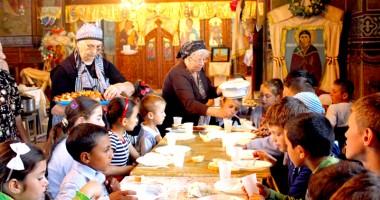 Măicuţele de la mănăstirea Strunga au împărţit vase de lut copiilor din Oltina