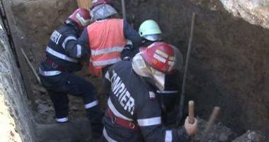 Doi muncitori au fost surprinşi de un mal de pământ. Unul dintre ei a murit