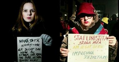 Imagine simbol a manifestaţiilor / Mama şi fiica protestează împreună, la mii de kilometri distanţă