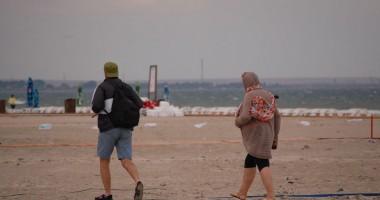 Vremea  le-a stricat week-endul turiştilor  din Mamaia