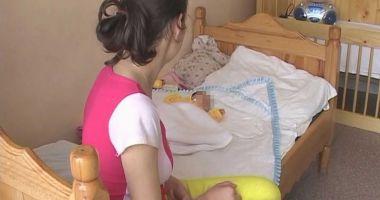 Mamele cu posibilităţi reduse ar putea primi tichete sociale în valoare de 2.000 de lei pentru noul născut