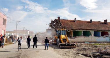 Continuă demolarea clădirilor. De ce intră Primăria Mangalia cu buldozerele în ele