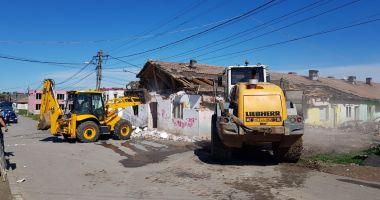 Primăria Mangalia a demolat încă o clădire insalubră de la marginea orașului