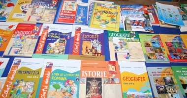 Ministrul Educaţiei: Anul trecut s-au vândut manuale auxiliare neautorizate. Vom începe o anchetă