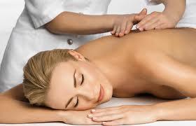 Vă simţiţi obosiţi şi stresaţi? Un masaj terapeutic poate face minuni!