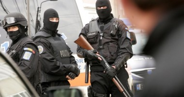 Cincisprezece persoane acuzate de furt din maşini şi locuinţe, reţinute în urma unor percheziţii