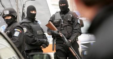 Cincisprezece persoane acuzate de furt din ma�ini �i locuin�e, re�inute �n urma unor perchezi�ii