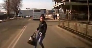 SCENE ÎNFIORĂTOARE! Cum a încercat o tânără să obţină bani de la un şofer care circula regulamentar