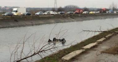 O mașin� a ajuns �n r�ul D�mbovița: Un om a murit și alte dou� persoane au fost r�nite