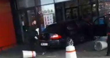 Foto : UPDATE. Un tânăr a intrat cu mașina în mall, după ce a înjunghiat un om! A lovit în plin oamenii aflați în parcare