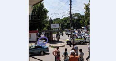Un şofer a intrat cu maşina în mulţime, în staţia de autobuz. Un bărbat a murit şi o femeie şi copilul ei, răniţi