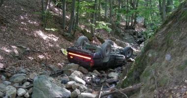 UN MORT ŞI DOI RĂNIŢI, după ce maşina lor a căzut într-o râpă. Şoferul, căutat în continuare de poliţişti