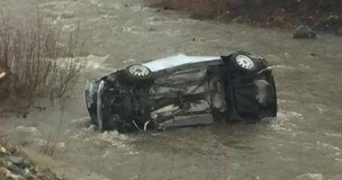 Maşină răsturnată în albia râului, pe DN 1. Un bărbat a murit