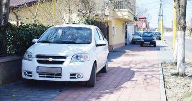Poliția locală, în acțiune! Amenzi pentru proprietarii mașinilor parcate pe trotuare