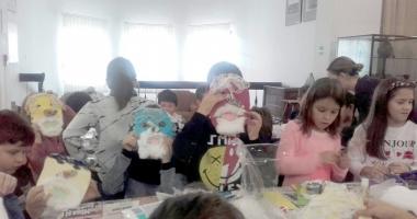 Copiii învaţă să confecţioneze măşti la Muzeul de Artă Populară