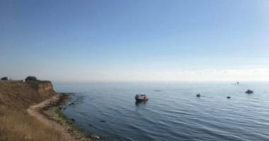 VIDEO / Litoralul românesc, INVADAT DE REFUGIAŢI! O barcă plină cu IMIGRANȚI a ajuns pe plaja 2 Mai