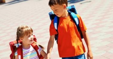 """Ministrul Educaţiei vrea ghiozdane mai uşoare pentru elevi. """"Afectează coloana vertebrală"""""""