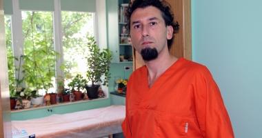 Medicul acuzat  că viola pacientele minore rămâne după gratii