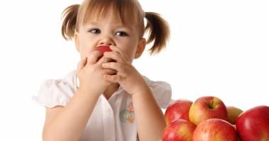 Guvernanţii încurajează elevii să consume fructe la şcoală