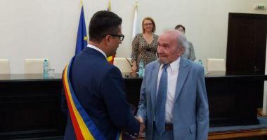 Plachetă şi un buchet de flori pentru Alexandru Mereuţă, cetăţean de onoare