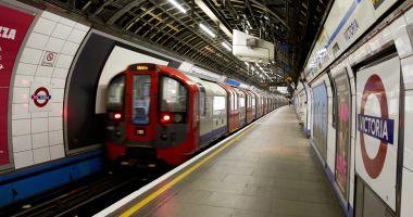 Femeie trasă sub metrou, după ce haina și geanta au rămas prinse în ușile trenului