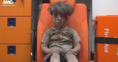 Îl mai ţineţi minte pe băieţelul care a devenit simbolul războiului din Siria? Noi fotografii cu el au apărut pe Internet