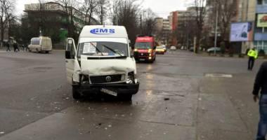 Maxi-taxi, spulberat de un bolid de lux, în Constanţa. Şoferul a trecut pe roşu