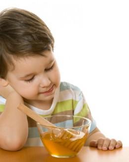Mierea vindecă tusea  mai eficient decât siropurile