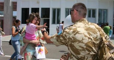 Foto : TAXELE ŞI IMPOZITELE MILITARILOR NU SE DUC LA STATUL ROMÂN? Militarii care au deveni părinţi, obligaţi să dea banii înapoi