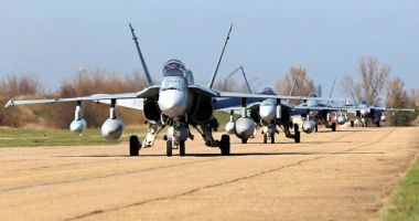 Membri ai Forţelor Terestre ale SUA ajung la Baza Aeriană