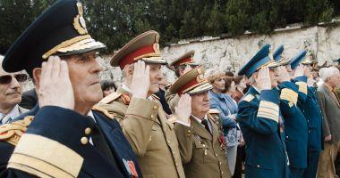 Foto : Veste bună pentru militarii pensionaţi! Klaus Iohannis a promulgat legea prin care le acordă sporuri