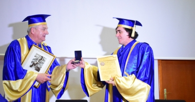 Marele scriitor Mircea Cărtărescu a primit titlul de Doctor Honoris Causa al Universităţii