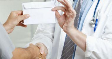 Medic trimis în judecată pentru 185 infracţiuni de luare de mită