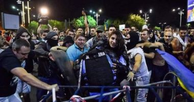 Doi protestatari bănuiți că au lovit jandarmi la mitingul diasporei au fost reținuți