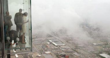 Foto : Podeaua de sticlă a unui zgârie-nori a crăpat, la etajul 103, sub picioarele unor turiști
