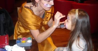 Modelare de baloane şi pictură pe faţă pentru copiii cu autism din Cernavodă