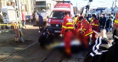 București: Un bărbat a murit după ce a fost împins în fața tramvaiului de un om al străzii