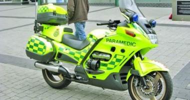 Paramedicii SMURD dau primul ajutor de pe motocicletă