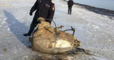 Motor de avion, recuperat din mare, pe plaja de la Mamaia