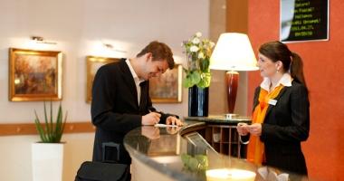 Recepţionerii de hotel  şi măcelarii, la mare căutare pe piaţa muncii