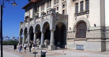 Vizitatorii, în pericol! Cad fragmente de tencuială și țigle din acoperișul Muzeului de Istorie