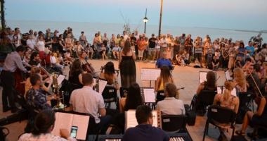 Muzică simfonică şi delfini! Orchestra de pe faleza Cazinoului concertează astăzi la Delfinariu