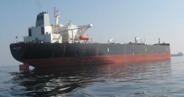 Piraţii au incendiat un tanc petrolier încărcat cu 141.000 tone de carburanţi