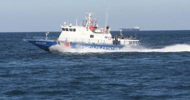 Trei turişti, aflaţi pe o barcă pneumatică, salvaţi de poliţiştii de frontieră