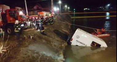GRAV ACCIDENT! Plan roşu de intervenţie! Nouă persoane au murit, după ce un microbuz a căzut în râul Bistriţa