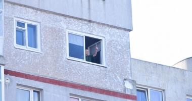 Un bloc întreg din Constanţa, terorizat  de un bărbat! Poliţia: