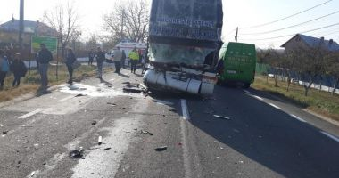 Accident grav, cu un autocar, două autocamioane şi un autoturism